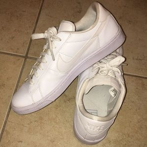 NIKE WHITE SNEAKER - BARELY WORN! 👟